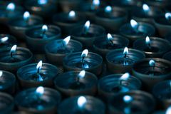 nightlight Candele accese della luce del tè alla notte con un argento blu Immagine Stock Libera da Diritti