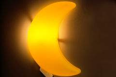 Nightlight in de vorm van een maan in de kinderen` s ruimte royalty-vrije stock foto's