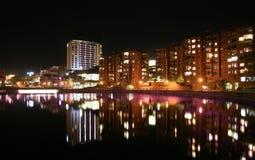 Nightline van de stad door het water Stock Foto's