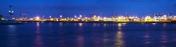 Nightly weerspiegelingen van containerterminal Stock Foto