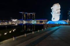 Nightscape στην αστικές άποψη και την αντανάκλαση Στοκ εικόνα με δικαίωμα ελεύθερης χρήσης