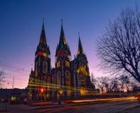 Nightscape της αρχαίας γοτθικής εκκλησίας με τις αυτόματες Ï€Î±ÏÎ±ÎºÎ¿Î»Î¿Ï…Î¸Î®ÏƒÎµÎ¹Ï στοκ φωτογραφίες