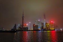 Nightscape бунда с туманом или туман покрывают бунд в сезоне зимы, фарфор Шанхая, черный белый тон стоковые фотографии rf