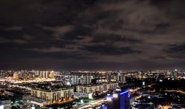 Nightscape antenn av Petaling Jaya och Sunway, Malaysia royaltyfri fotografi