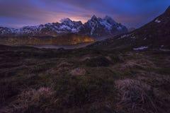 Nightscape av berg på Lofoten Arkivbild
