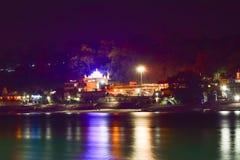 Nightscape av den hinduiska templet och ghats på den Ganga floden på Rishikesh Arkivbilder