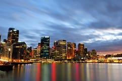 Nightscape av den runda kajen i Sydney Arkivbild