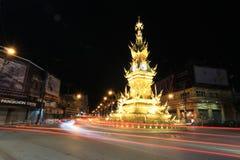 Nightscape av det guld- klockatornet i Chiang Rai, Thailand Royaltyfri Fotografi