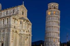 Nightscape av domkyrkan av Pisa och det legendariska lutande tornet royaltyfri fotografi