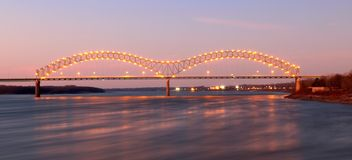 Nightscape av Memphis Arkansas Bridge arkivbild