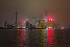 Nightscape bund z mgły lub mgły pokrywą bund w zima sezonie, Shanghai porcelana, czarny biały brzmienie zdjęcie stock