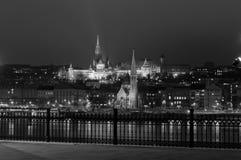 Nightscape con il bastione di Fishermans e Matthias Church, Budapest, Ungheria Immagine Stock