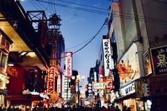 Nightscape 2018 da rua do negócio da compra de Shinsaibashi, Osaka Japan imagens de stock