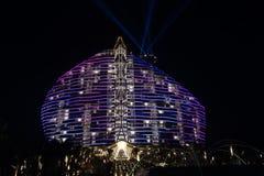 Nightscape de l'hôtel Sanya, baie de sept-étoile d'arbre de palétuvier de Haitang Images libres de droits