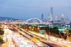 Nightscape de la ciudad de Taipei con la torre de Taipei 101 entre rascacielos en el distrito de XinYi céntrico Fotografía de archivo libre de regalías
