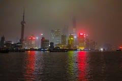 Nightscape de la Federación con la niebla o la niebla cubre la Federación en la estación del invierno, China de Shangai foto de archivo libre de regalías