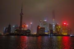 Nightscape de la Federación con la niebla o la niebla cubre la Federación en la estación del invierno, China de Shangai foto de archivo