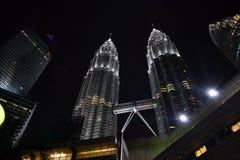 Nightscape de las torres gemelas de Petronas Imagen de archivo