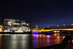 Nightscape de Londres com ponte Fotografia de Stock Royalty Free