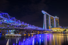 Nightscape de Singapura do centro na baía do porto Fotos de Stock Royalty Free