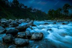 Nightscape del río de la montaña