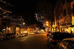 Nightscape do inverno da cidade: Ballard Ave Nanowatt, Seattle, WA fotografia de stock