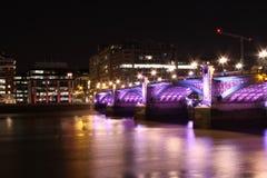Nightscape med den kulöra bron Arkivbilder