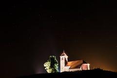 Nightscape mit Kirchen- und ursamajorssternen Lizenzfreie Stockfotos