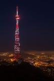 Torre de la difusión de TV en la noche fotografía de archivo