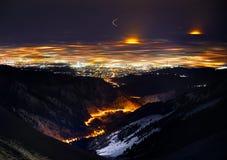 Nightscape van de stad van Alma Ata stock fotografie