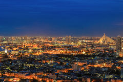 Nightscape von Bangkok, Thailand - mit Blitz im Himmel Lizenzfreie Stockfotos