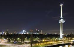 Nightscape y torre, Rotterdam Fotografía de archivo libre de regalías