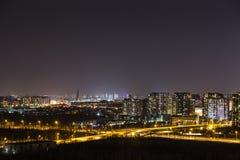 Nightscapen av den blomstrande staden är mycket härlig Arkivfoto
