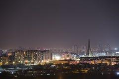 Nightscapen av den blomstrande staden är mycket härlig Royaltyfria Bilder