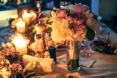 Nightscene与蜡烛的花装饰在婚礼桌上 库存照片