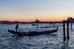 Nightscene长平底船,威尼斯,意大利 库存图片