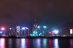 Nightscene de Hong Kong de Victoria Harbor de la 'promenade' de Tsim Sha Tsui en la noche Imagenes de archivo