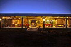 Nightscene- framdel av huset med den stora farstubron fotografering för bildbyråer