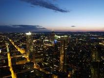 Nightscene van de stad van Frankfurt stock foto's