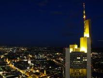 Nightscene van de stad van Frankfurt Royalty-vrije Stock Foto's