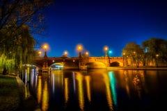 Nightshot av den Berlin Moltke bron över flodfesten arkivbild