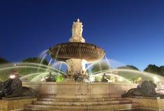 Nightshot av den LaRotonde springbrunnen Arkivfoton