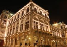 Nightshot de la façade arrière du théatre de l'$opéra de Vienne Photographie stock libre de droits