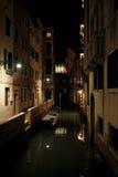 Nightshot di Venezia con i suoi canali e vicoli nell'inverno, Italia Fotografia Stock Libera da Diritti