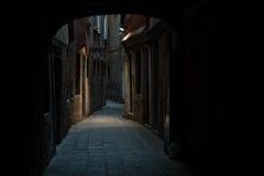 Nightshot di Venezia con i suoi canali e vicoli nell'inverno, Italia Immagini Stock