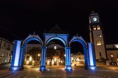 Nightshot iluminujący Portas da cidade w ponta delgada zdjęcie stock