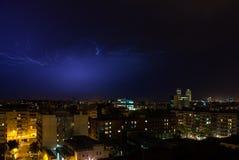 Nightshot von Barcelona-Skylinen während eines elektrischen Sturms Stockbilder