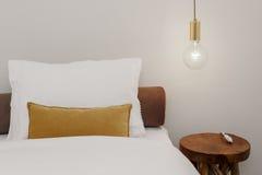 Nightstand met Lamp Royalty-vrije Stock Afbeeldingen