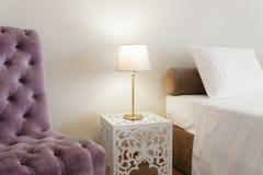 Nightstand met Lamp Stock Afbeelding