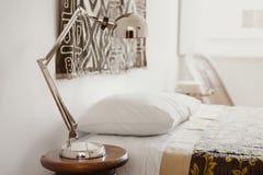 Nightstandlijst met een Lamp stock afbeeldingen